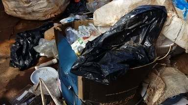 Fiscais do Ministério do Trabalho interditam cooperativa de reciclagem, em Senador Canedo - A fiscalização flagrou trabalhadores em situação irregular e lixo hospitalar misturado ao material reciclável.