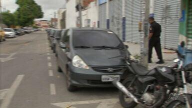 Motoristas desrepeitam leis de trânsito no binário do Bairro Montese - Foi criado um estacionamento irregular no local.