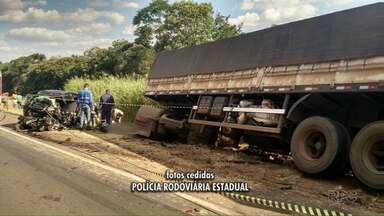 Acidente na rodovia deixa dois feridos na rodovia - Carro e caminhão bateram de frente.