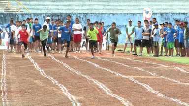 Jovens disputam provas da 3a. Etapa do GP de Atletismo no Estádio do Café - Todos os atletas são estudantes de escolas estaduais. Evento é organizado pelo Instituto Paranaense de Esporte e Cultura e temo o patrocínio da RPC.