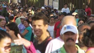 Centenas de pessoas vão ao Parque de Exposições à procura de um emprego - Entre os candidatos, muitos desempregados.