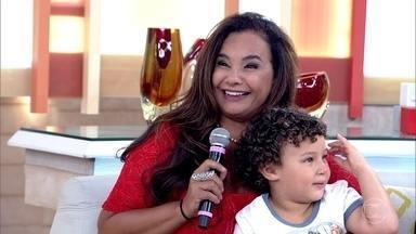 Solange Couto mostra filho caçula, Benjamin - Atriz vive uma mãe muito apegada ao filho em 'Malhação'