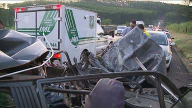 Acidente entre carro e caminhão na PR-445 deixa uma pessoa morta - O acidente foi na tarde desta quarta-feira. Uma grande fila de carros se formou nos dois lados da via.