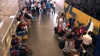 Crise muda jeito de muita gente curtir o feriado - Em São Paulo, mais de 180 mil pessoas viajaram de ônibus, a maioria para o litoral, com uma única preocupação: ficar dentro do orçamento.