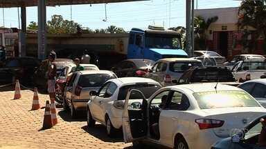 Preço do etanol começa a diminuir, e litro é vendido a R$ 2,29, em Goiânia - Com época da safra da cana-de-açúcar, oferta do produto aumenta. Motoristas enfrentaram longas filas para conseguir encher o tanque.