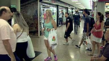 Baixa na cotação do dólar anima comerciantes do Paraguai - Neste feriado o movimento de turistas fazendo compras no Paraguai aumentou.
