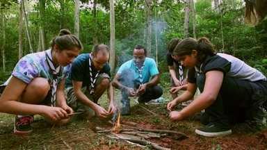 Hoje é dia de acampar: comida - Alexandre Henderson e grupo de escoteiros preparam comida no acampamento.