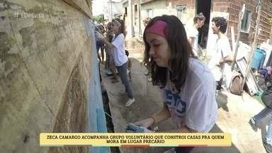 Zeca Camargo acompanha voluntários que constroem casas para quem vive em locais precários - Ong TETO conta com a ajuda dos próprios moradores para realizar o trabalho