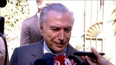 Temer volta a negar golpe contra Dilma, agora em entrevista à CNN - Dilma se reuniu com o ex-presidente Lula para traçar a estratégia de combate ao processo de impeachment no Senado. Temer se reuniu com membros do partido no RJ, com o ex-governador de MG, Newton Cardoso, e com o líder do PV na Câmara, Sarney Filho.