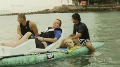 Depois de sofrer acidente, surfista volta ao mar em prancha adaptada - Taiu Bueno ficou 18 anos sem surfar. Ele comemora a realização de seu sonho e volta a pegar onda no litoral de São Paulo