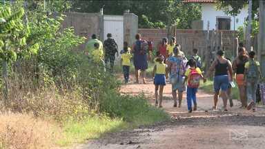 Estudantes da zona rural de São Luís estão há seis meses sem transporte escolar - Alunos precisam andar vários quilômetros para chegar às escolas.