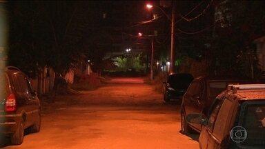 Polícia investiga morte de advogado - Crime foi no Recreio dos Bandeirantes. O advogado foi baleado no quintal de casa por dois bandidos que invadiram a casa. Ele chegou a ser socorrido