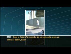 Vídeo mostra PMs obrigando homem a correr ao lado de viatura em Campos, no RJ - Vídeo mostra PMs obrigando homem a correr ao lado de viatura em Campos, no RJ.