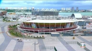 Arena do Futuro está pronta e vai receber evento teste de handebol - O jogadores Lucas e Mike testaram a quadra com a campeã olímpica Fabi.