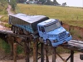 Caminhão continua 'preso' em ponte - Moradores estão sem acesso.