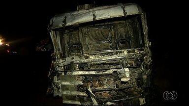 Queimada na BR-060 provoca acidente com 6 veículos em Rio Verde, em Goiás - Três pessoas tiveram ferimentos graves e foram levadas para hospitais de Goiás. Foi preciso arrancar cabine de caminhão em chamas para retirar motorista.
