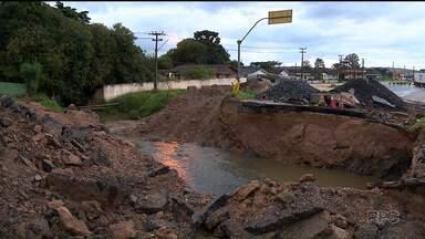 Obra na Rodovia dos Minérios só deve ficar pronta no fim de maio - Um buraco se abriu na rodovia há duas semanas e levou parte do asfalto.