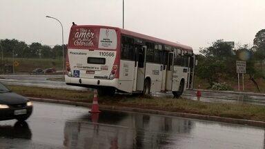 Chuva causa acidentes com ônibus no DF - A chuva isolada causou três acidentes na saída norte da capital.