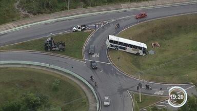 Acidente de ônibus chamou atenção em São José - Ônibus fretado invadiu a rotatória.