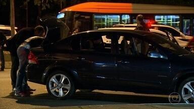 Polícia faz operação para prevenir novos confrontos entre taxistas e motoristas do Uber - Os policiais montaram barreiras durante a noite da sexta-feira (29) em quatro pontos da cidade. Os fiscais checaram a documentação dos motoristas e revistaram os carros para ver se havia algum objeto ou arma ilegal.
