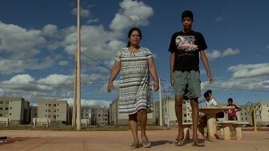Mãe vive drama para conseguir tratamento para o filho com gigantismo - Com 12 anos, ela já chegou a 2 metros e 10 de altura e pode morrer se não parar de crescer. A família briga na Justiça por um tratamento que possa salvar a vida do menino.