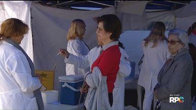 """Hoje é o dia """"D"""" da campanha de vacinação contra a gripe - em Curitiba 34 postos estão funcionando até as cinco da tarde."""