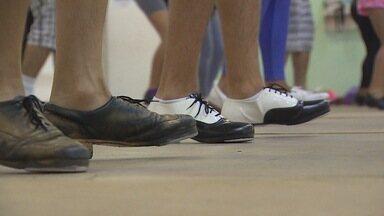 Kelly Maria acompanha aula de sapateado com professor americano - Kelly acompanhou ensaio em academia de dança e foi às ruas com professor para ensinar a modalidade.