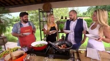 César Menotti cozinha espaguete de abobrinha com camarão - Angélica, Tiago Abravanel e Danielle Winits provam a receita