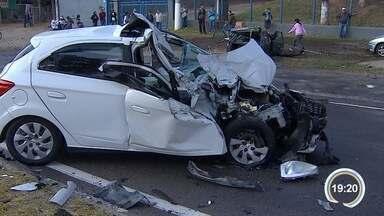 Acidente entre três carros deixa quatro pessoas feridas em Jacareí, SP - Motorista perdeu controle de veículo e atingiu outros dois carros. Colisão foi na manhã deste sábado (30), na avenida Lucas Nogueira Garcez.
