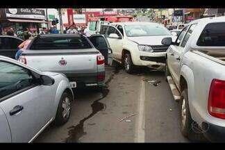 Motorista sofre mal súbito e provoca acidente com sete veículos em Patos de Minas - Acidente foi registrado em Patos de Minas; um casal ficou ferido.Motorista sofreu mal súbito ao volante e bateu nos carros em cruzamento.
