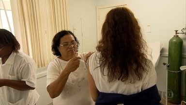 Postos ficam lotados em dia de vacinação contra a gripe em Belo Horizonte - Estoque até acabou no bairro Dom Cabral, na Região Noroeste.