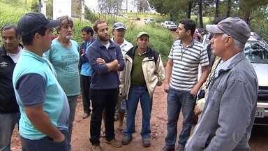 Agricultores de Conselheiro Lafaiete reclamam de pedágios e acesso dificultado - Estrada de terra que fica às margens da BR-040 foi fechada por concessionária que administra a rodovia.