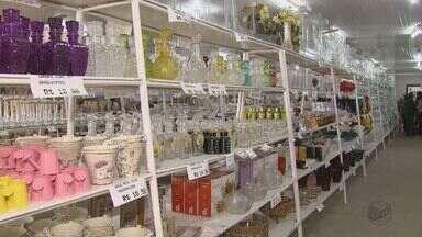 Comerciantes de Porto Ferreira esperam queda de 10% em vendas no 'Dia das Mães' - Os comerciantes esperam uma queda de até 10% nas vendas. Mas, mesmo assim eles tentam chamar atenção e cuidar do seu público com todos os tipos de preço de presentes.