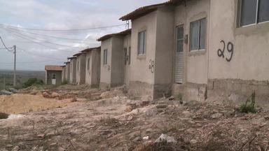 Há 3 anos cerca de 50 famílias de baixa renda esperam casa de programa do Governo Federal - Programa Minha Casa, Minha Vida está com obras atrasadas no município de Olho D'água das Flores.