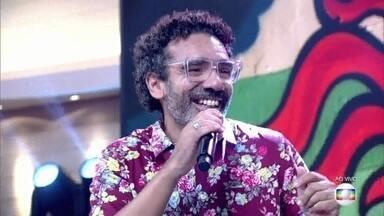 Simoninha canta 'Qual É o Meu Lugar (Menina)' - Cantor se apresenta com música de seu último disco