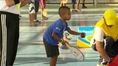 Projeto Transforma é levado à Rocinha - Crianças da comunidade puderam, hoje, praticar esportes que serão disputados nas Olimpíadas e Paralimpíadas.