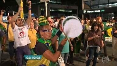 Duas pistas da Avenida Paulista ficam mais de 4 horas interditadas nesta segunda-feira (9) - O motivo são as manifestações a favor e contra o impeachment da presidente Dilma Rousseff. Os protestos aconteceram a dois quarteirões um do outro.