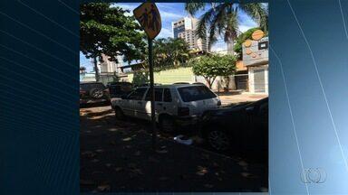 Carro é flagrado estacionado sobre faixa de pedestres em frente a escola, em Goiânia - Flagrante foi feito no Setor Bueno, na capital.