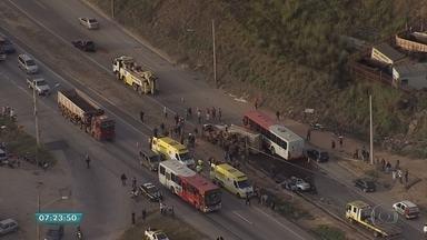 Acidente deixa morto e feridos na BR-040, em Contagem - Retenção chegava a 13 quilômetros e passagem era feita pelo acostamento.