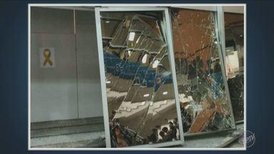 Motorista perde controle e bate carro em frente a faculdade de Campinas - Uma telespectadora enviou imagens.