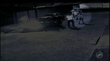 Vídeo mostra briga de trânsito que terminou com motorista morto em Avaré - Um motorista de 39 anos morreu após se envolver em uma briga de trânsito com quatro homens, na noite deste domingo (8), no Parque Santa Elizabeth, em Avaré (SP). A vítima, que era motorista de ônibus coletivo do município, chegou a ser socorrida, mas morreu no hospital. Câmeras de segurança de uma residência registraram o momento em que o motorista foi agredido pelo grupo.