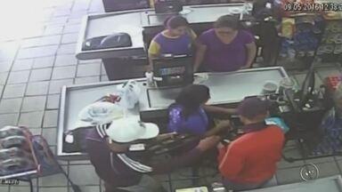 Câmera registra dupla ameaçando clientes de supermercado em assalto - A polícia procura por dois homens suspeitos de assaltar um supermercado, no bairro Monte Azul, em Lençóis Paulista (SP), nesta segunda-feira (9).