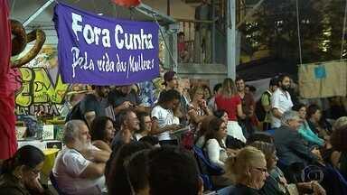 Grupos fazem atos a favor e contra o impeachment em Belo Horizonte - Manifestantes que pedem saída de Dilma se reuniram na Savassi. Na Praça da Liberdade, ato defende a permanência da presidente.
