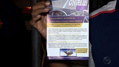 Motoristas e cobradores fazem campanha pedindo o uso correto da faixa azul - Motoristas e cobradores fazem campanha pedindo o uso correto da faixa azul.