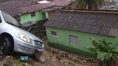 Carro fica pendurado e quase cai em cima de uma casa em Camaragibe - Por pouco, veículo não despencou da barreira na Rua Mário Balbino Pimentel. Motorista tentou desviar e os pneus derraparam.