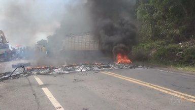 Moradores protestam por falta de luz em comunidade, no AM - Passagem de carro em estrada ficou afetada