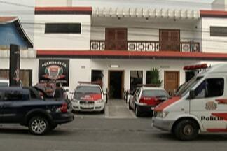 Homens são presos e menor é apreendido suspeitos de invadir casa em Itaquaquecetuba - Criminosos fazem parte de quadrilha, afirma Polícia.
