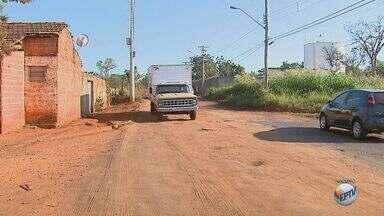 Moradores reclamam de poeira de obra no bairro Maria Luíza em Araraquara - Os moradores sofrem com a terra que vem de uma obra na rodovia que liga a cidade ao distrito de Bueno de Andrada.