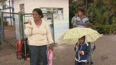 Crianças de conjunto habitacional caminham 12 km para frequentar escola em São Carlos - Crianças que moram em um novo conjunto habitacional do município estão tendo que andar cerca de 12 km para frequentar as escolas. Os ônibus que entram no bairro não fazem o trajeto até a escola.