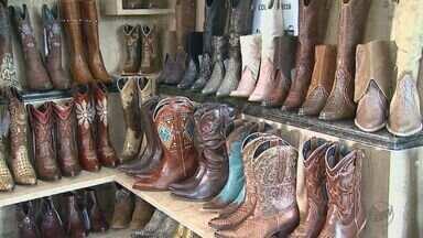 Em Franca, SP, lojas e fábricas estão cheias de botas para o inverno - A crise econômica e o atraso do frio desaceleram a produção na cidade do calçado.